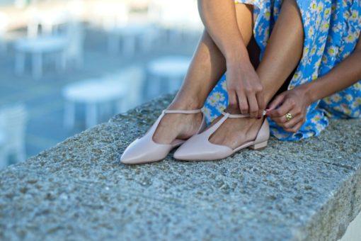 La modelo de Bohemian se abrocha la tira de unas Mary Janes tipo T-bar de Bohemian Shoes color rosa nude