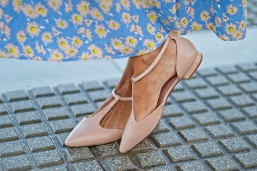 La modelo de Bohemian Shoes cruza los pies calzando un par de Merceditas tipo T-bar en pie color rosa nude