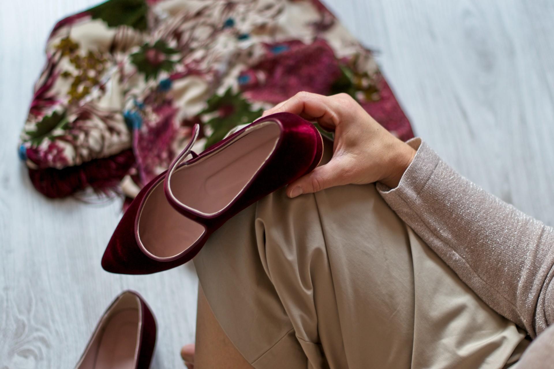 La fundadora de Bohemian, Eva Veiga, sostiene sentada sobre su rodilla una una Mercedita Audrey en terciopelo burdeos de Bohemian Shoes