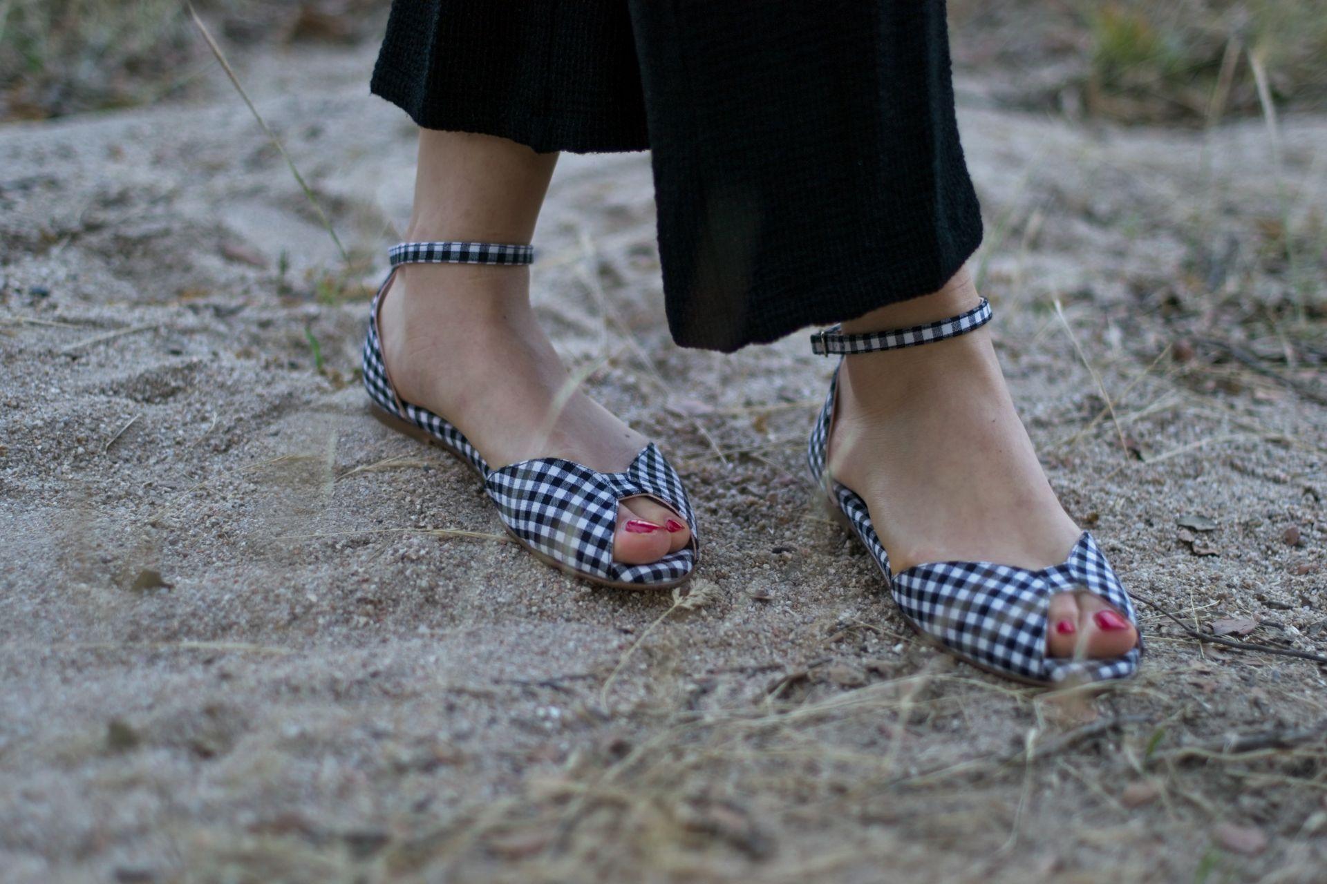 Sandalia plana modelo Alizée en Vichy negro de Bohemian Shoes