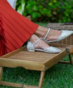La modelo de Bohemian Shoes calza un par de bailarinas modelo Adèle en piel con estampado de serpiente