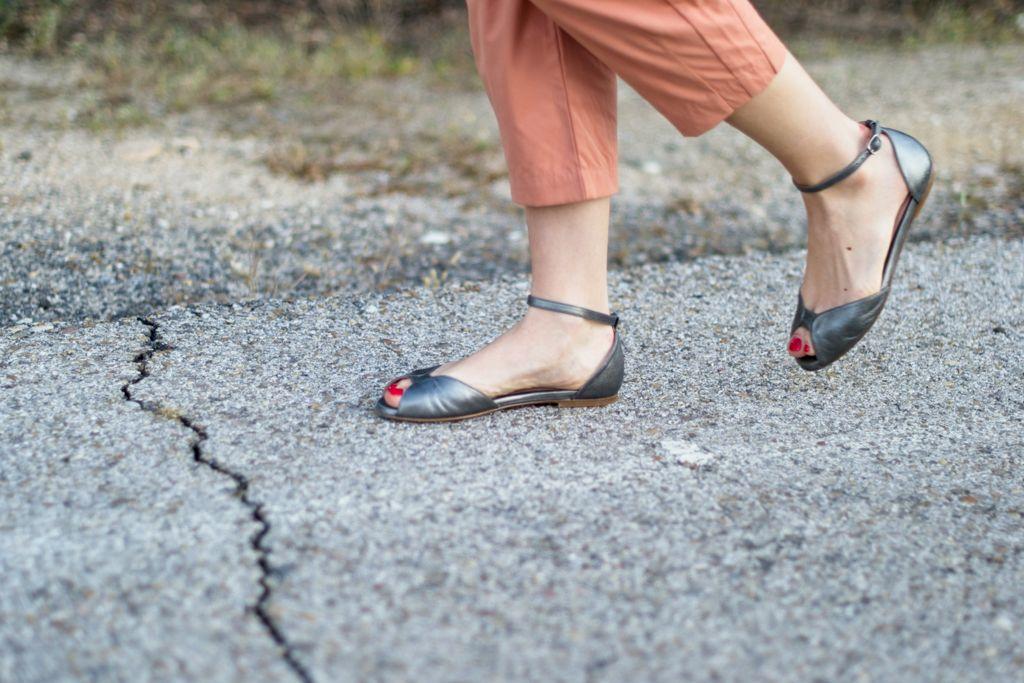 Sandalias planas de mujer modelo Alizée de Bohemian Shoes en piel plata
