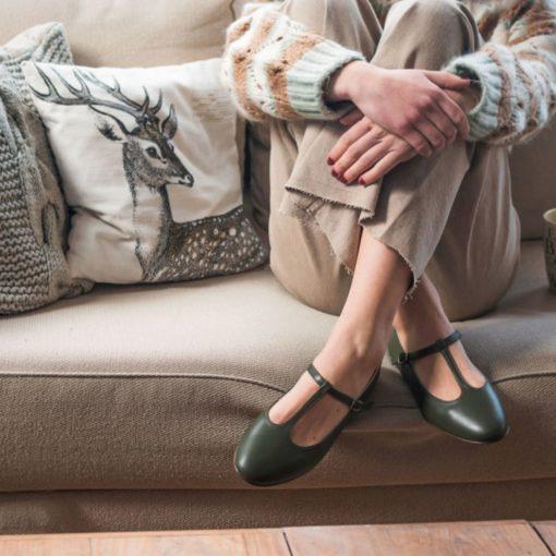Merceditas tipo T-bar modelo ODETTE - Verde oliva de Bohemian Shoes