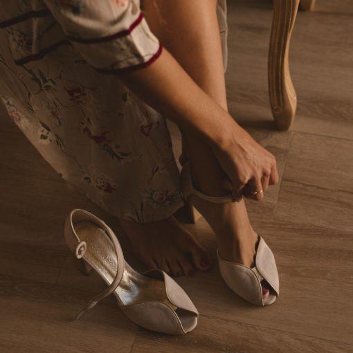 Sandalias de tacón modelo CLAIRE en ante Beige de Bohemian Shoes