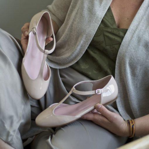 Mary Janes tipo T-bar modelo YVETTE - Charol nude de Bohemian Shoes